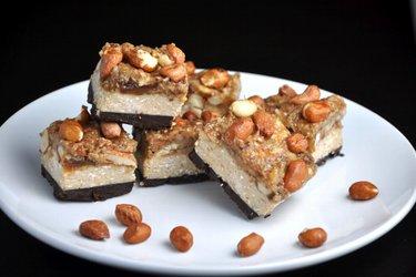 """Barras """"Snickers"""" saludables hechas en casa"""