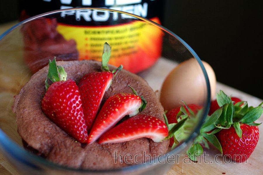 Pastel rápido de proteínas hecho en taza (sin gluten, sin azúcar)