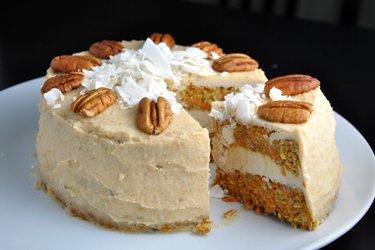 Pastel de zanahoria saludable con crema de coco y merey (sin harina, sin azúcar)