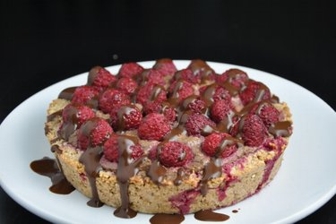 Pastel de frambuesa con relleno de aguacate y cacao (sin gluten)