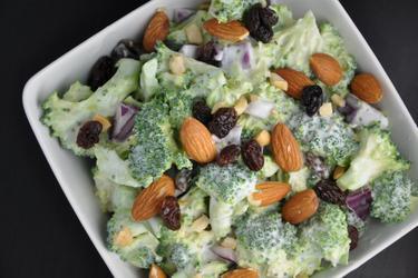 Ensalada saludable de brócoli con pasas y almendras