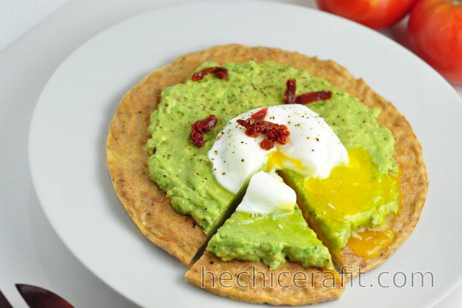 Pizza de Atún y Aguacate con Huevo Escalfado Baja en Carbohidratos