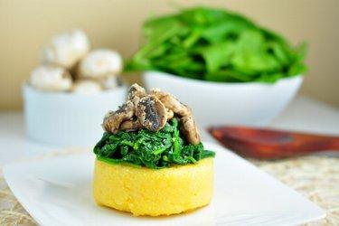 Polenta rápida con espinacas y hongos