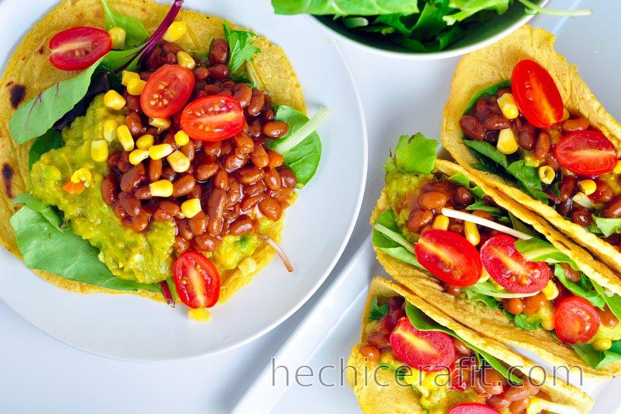 Tortillas de maíz rellenas con aguacate y frijoles