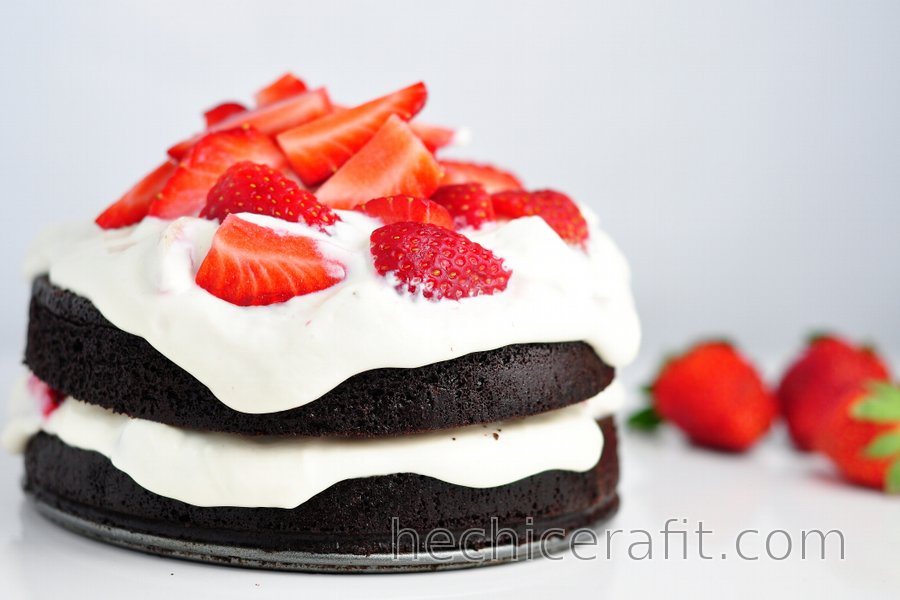Pastel Saludable de Cacao sin Harina con Crema de Fresa y Queso Quark