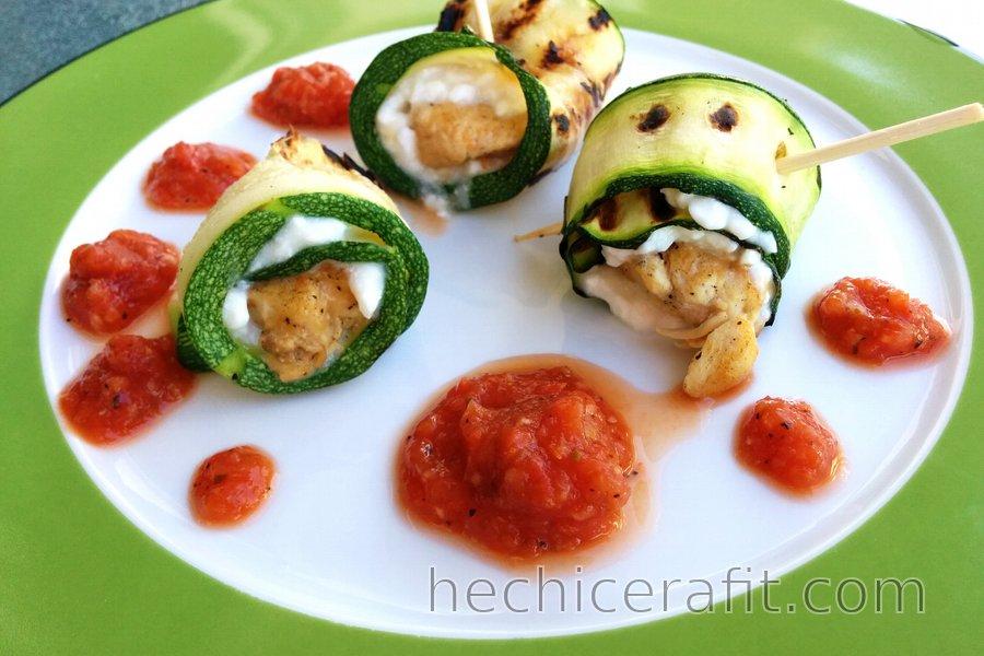 Rollos de pollo y calabacín con requesón y salsa de tomate