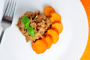 Delicioso pollo desmenuzado con miel y batatas