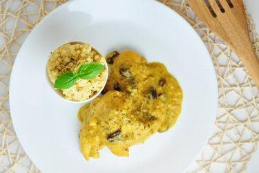 Exóticas pechugas de pollo en salsa de mango y coco con mijo
