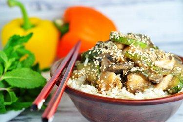 Pechugas de pollo saludables con calabacín, hongos y semillas de sésamo