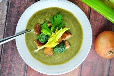Sencilla sopa de apio y brócoli