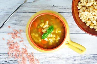 Sopa saludable de zanahoria, guisantes y ñoquis de garbanzos
