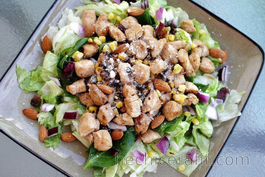 Ensalada de pollo con cebolla morada y almendras