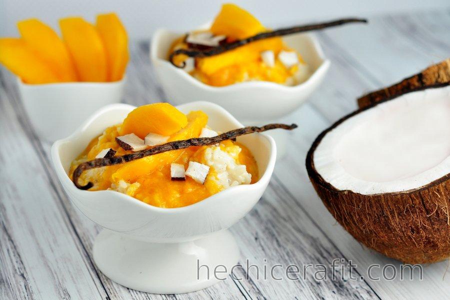 Pudín de arroz saludable con leche de vainilla con mango
