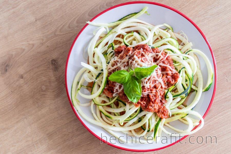 """""""Espagueti"""" de calabacín con salsa de atún"""