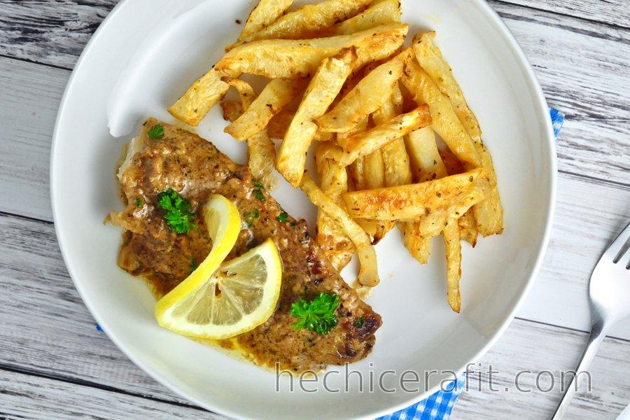 Bacalao estofado en salsa de limón y ajo con bastones de apio