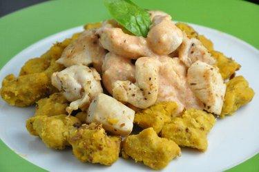 Ñochis de calabaza con pollo y salsa de queso