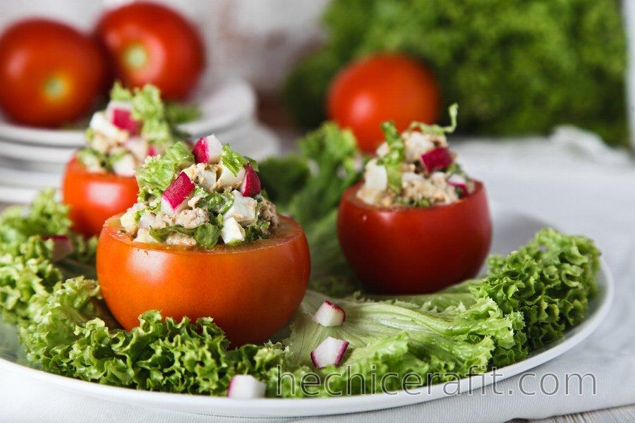 Ensalada de atún y huevo servida en tomate