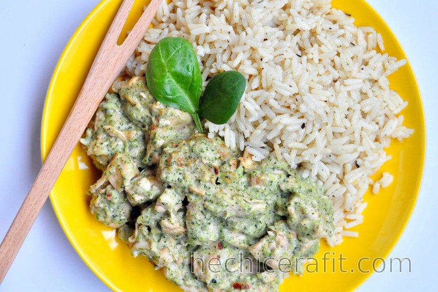 Salteado de pollo saludable con salsa de brócoli y queso azul