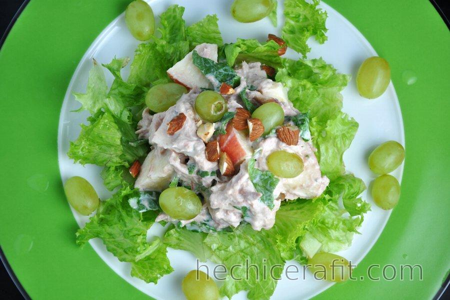 Ensalada de atún saludable con verduras y frutas