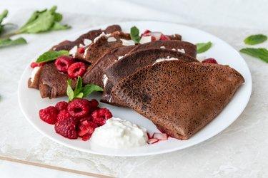 Crepes de chocolate y espelta con ricotta y frambuesas calientes