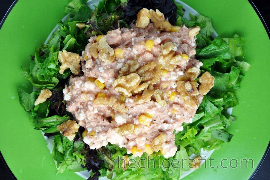 Ensalada de atún con requesón, maíz y nuez de nogal