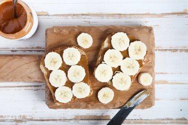 Tostadas integrales con plátano y mantequilla de maní