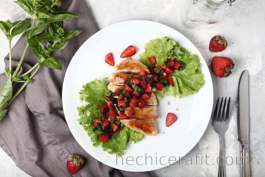 Sencillas pechugas de pollo al grill con albahaca y fresas