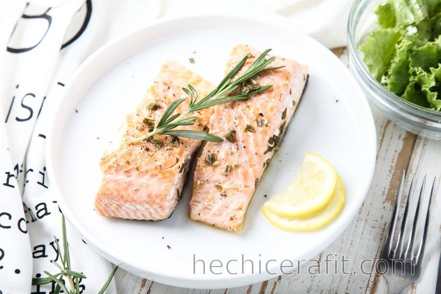 Salmón saludable con limón y romero
