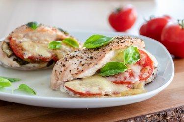 Pechugas de pollo Caprese con tomates, albahaca y mozzarella