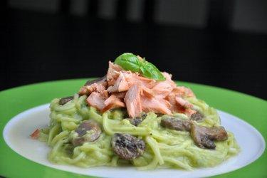 """Espagueti"" de calabacín (zoodles) con salmón y salsa de aguacate cremosa"