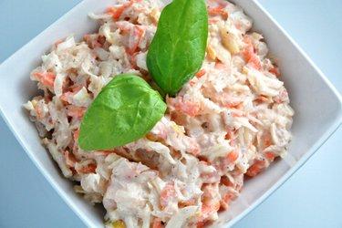 Ensalada de atún con sauerkraut, zanahoria y manzana