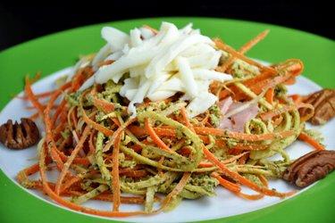 """""""Espagueti"""" de zanahoria y perejil con pesto de albahaca"""