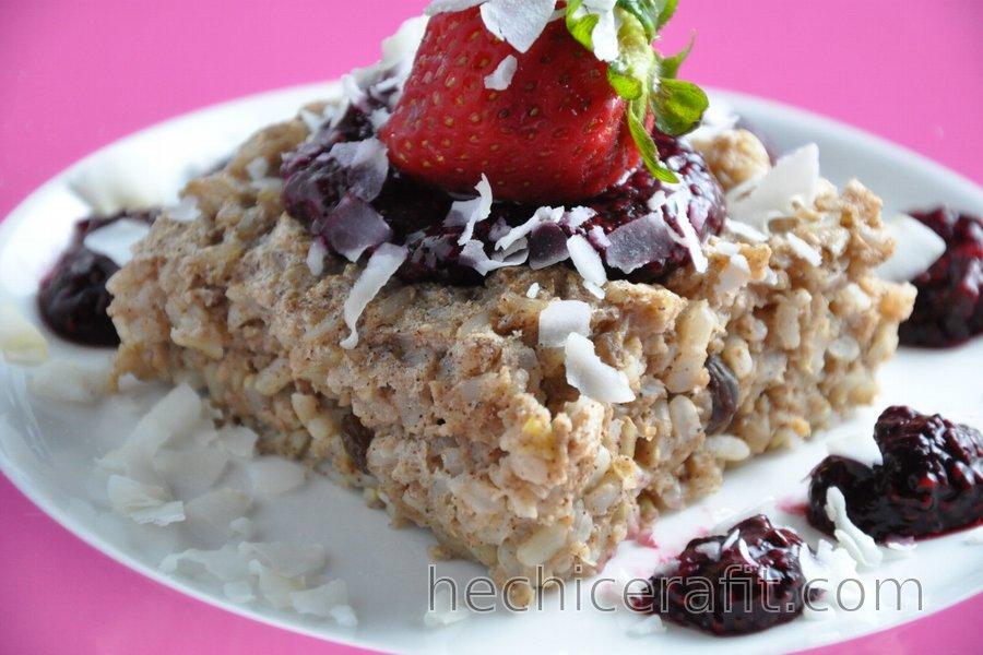 Pastel de arroz integral horneado con salsa de fruta y chía, sin azúcar