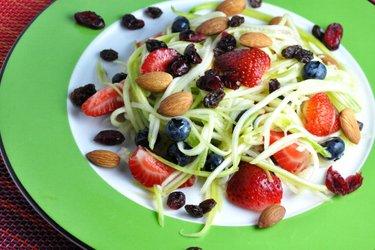 Ensalada de calabacín y fruta con aderezo de limón